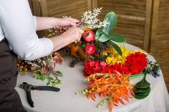 Florista en el trabajo: Cómo hacer una pieza central de la acción de gracias con la calabaza y el ramo grandes de flores Paso a p imagenes de archivo