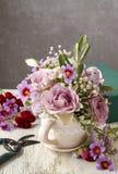 Florista en el trabajo Lugar de trabajo del florista: flores y accesorios Fotografía de archivo