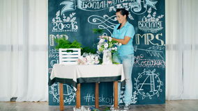 Florista en el trabajo: mujer que hace moda el ramo moderno de diversas flores almacen de metraje de vídeo
