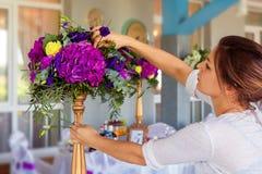 Florista en el trabajo Mujer que hace primavera decoraciones florales el wedd fotos de archivo libres de regalías