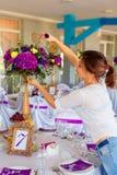 Florista en el trabajo Mujer que hace primavera decoraciones florales el wedd imagen de archivo