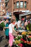 Florista en el viejo mercado de pescados por el puerto en Hamburgo, Alemania Foto de archivo libre de regalías
