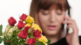 Florista en floristería Tomar orden del cliente por el teléfono blanco Cierre para arriba almacen de video