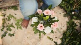 Florista fêmea que faz o ramalhete bonito com rosas cor-de-rosa filme
