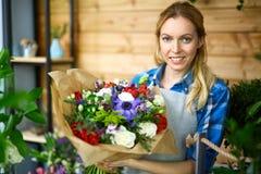 Florista feliz imagens de stock royalty free
