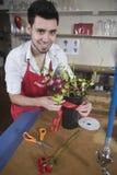 Florista feliz Decorating Flower Vase fotografía de archivo