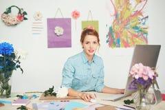 Florista joven en el lugar de trabajo fotografía de archivo libre de regalías