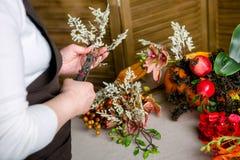 Florista no trabalho: Como fazer uma peça central da ação de graças com abóbora e o ramalhete grandes das flores Ponto por ponto, imagem de stock royalty free