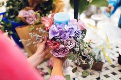 Florista no trabalho, fazendo uma composição da flor Detalhes do casamento Mulher que recolhe uma composição de diferente, colori Fotografia de Stock Royalty Free