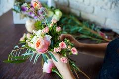Florista no trabalho. Mulher que faz a mola decorações florais Imagens de Stock Royalty Free