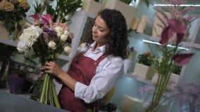 Florista profesional que hace la composición de la flor metrajes