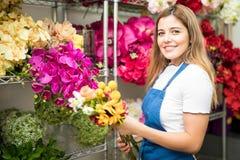 Florista que escolhe um grupo de flores imagem de stock