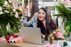 Florista que fala com cliente imagens de stock