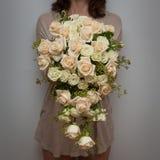 Florista que guarda o ramalhete da gota do rasgo do casamento fotografia de stock royalty free