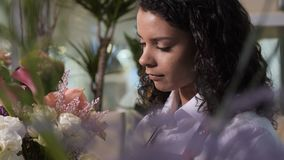 Florista que hace el ramo magnífico en floristería almacen de video