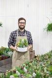 Florista que planta las flores Imágenes de archivo libres de regalías