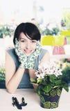 Florista sonriente Foto de archivo libre de regalías