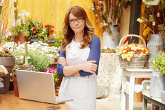 Florista sonriente de la mujer, dueño de floristería de la pequeña empresa Fotografía de archivo