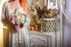 Florista una cesta de flores Imagen de archivo libre de regalías