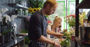 Floristas en el funcionamiento de la tienda almacen de video