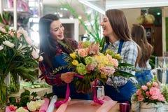 Floristas que amarram um ramalhete foto de stock