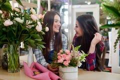 Floristas que falam um com o otro imagens de stock