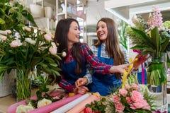 Floristas que fazem um ramalhete fotografia de stock royalty free