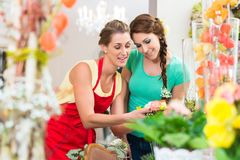 Floristenfrau und -kunde im Blumenladen Lizenzfreies Stockbild
