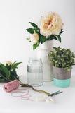 Floristenvorbereitung mit Auswahl von Vasenscheren und -schnur Lizenzfreie Stockfotos