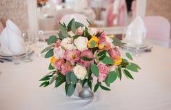 Floristics de mariage Décoration des fleurs fraîches d'une table Épouser dans la couleur rose Images libres de droits