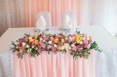 Floristics di nozze Decorazione dei fiori freschi di una tavola Nozze nel colore rosa immagine stock libera da diritti