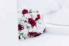 Floristics do casamento sob a forma de um ramalhete fotografia de stock royalty free