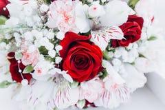 Floristics do casamento sob a forma de um ramalhete fotos de stock