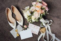 Floristics e detalhes do casamento Convites do casamento no assoalho foto de stock