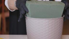 Floristische spons voor het maken van boeketten Portuquette Vrouwelijke bloemist die mooi boeket maken bij bloemwinkel florist stock videobeelden