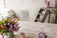 Floristry-Arbeitsplatzhintergrund Bunte Blumen lizenzfreie stockbilder