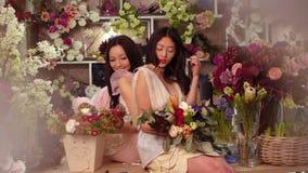 florists Trabajo feliz de las mujeres asiáticas en tienda de flor almacen de video
