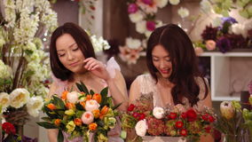 florists Trabajo feliz de las mujeres asiáticas en tienda de flor almacen de metraje de vídeo