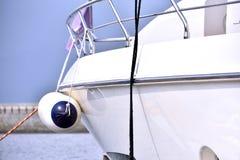 Floss auf Körper der Yacht Stockfotos