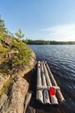 Floss nahe der felsigen Küste Stockfotos