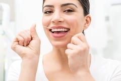 Floss sua ajuda mim para importar-se meus dentes fotos de stock