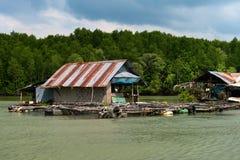 Flossfischerdorf auf tropischem Fluss Stockbilder