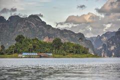 Flosshäuser bei Khao Sok National Park, Thailand Stockfoto