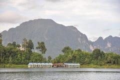 Flosshäuser bei Khao Sok National Park, Thailand Lizenzfreies Stockfoto