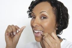 Flossing tänder för kvinna Fotografering för Bildbyråer
