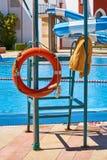 Flossrettungsboje nahe dem smimming Pool Lizenzfreie Stockfotos
