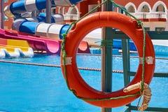 Flossrettungsboje nahe dem smimming Pool Lizenzfreies Stockfoto