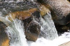 Flot clair de montagne Photos libres de droits