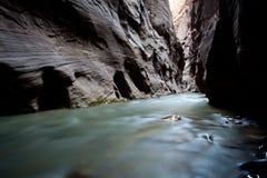 Flot de fleuve à l'intérieur de la gorge Photographie stock