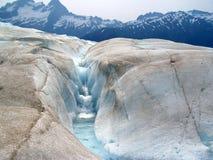 Flot et cascade à écriture ligne par ligne glaciaires Image libre de droits